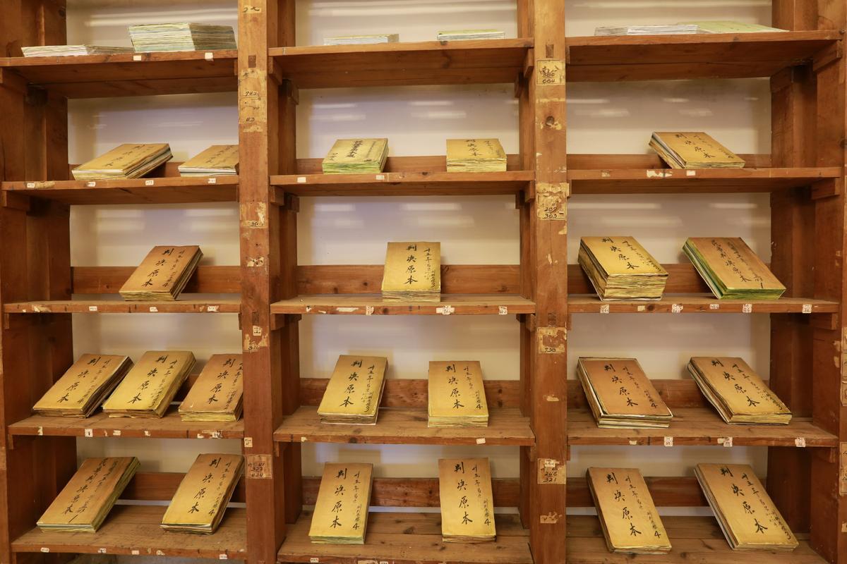 檔案室擺滿判決書複刻本。