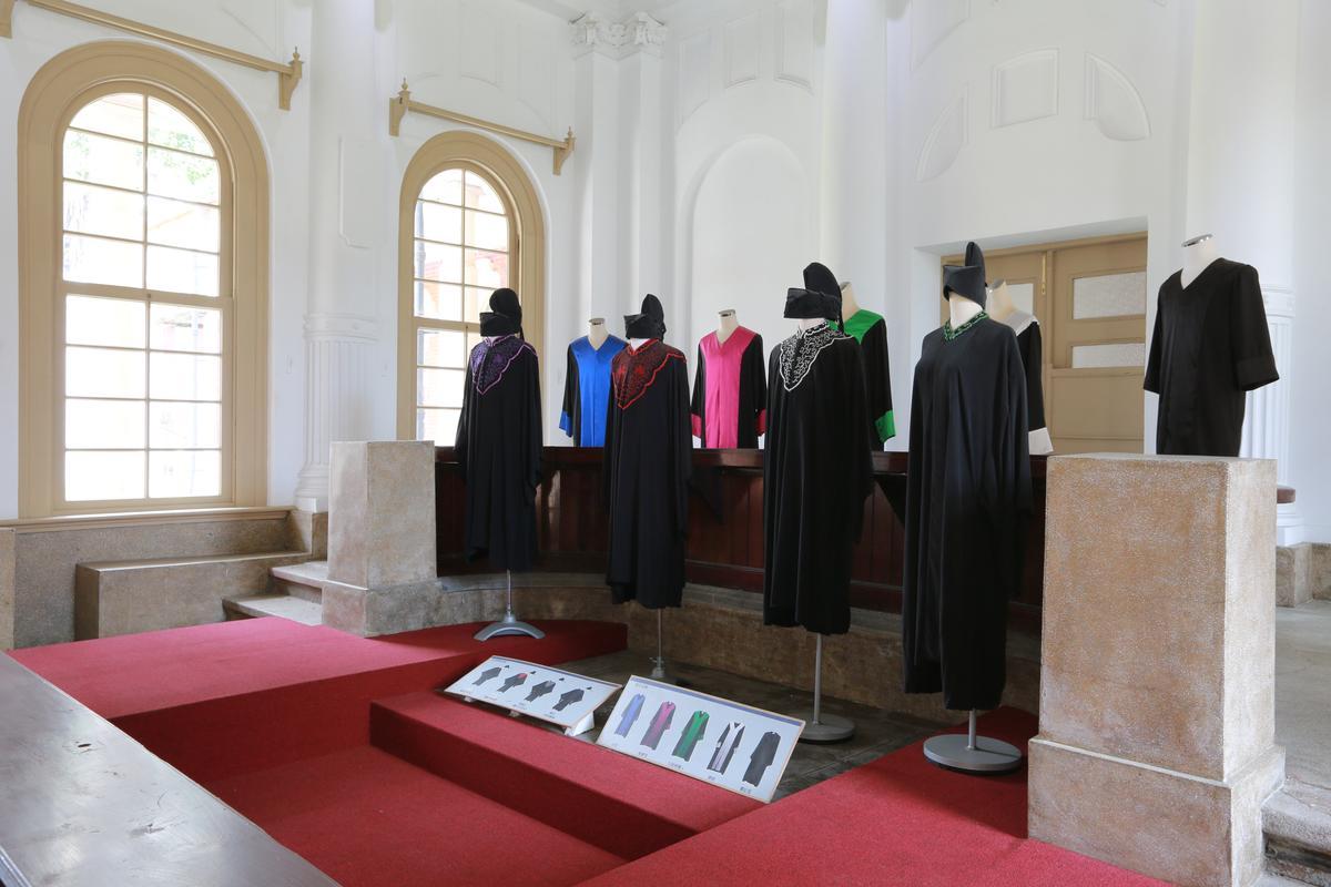 不同時期的法庭穿著。