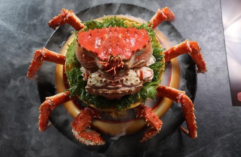 「帝王蟹蓋飯」噴著乾冰上桌,視覺效果足以震撼老爸。(時價,約580元/100g,圖中約1,000g、5,800元)