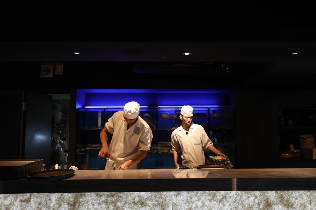 一進餐廳便可見廚師後方的大水族箱,活跳海鮮都齊聚在此。