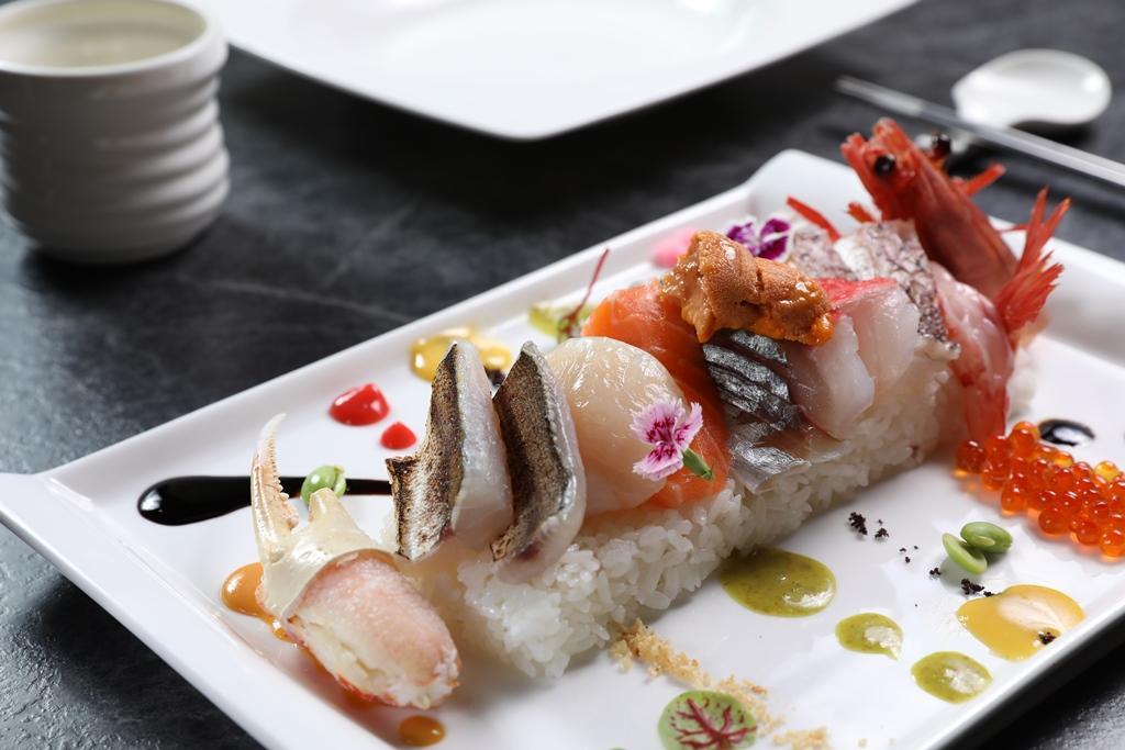 「海鮮箱壽司」有9種海鮮與9種醬汁,在口腔裡組合成多變口感。(890元/份,限量供應,需預約)