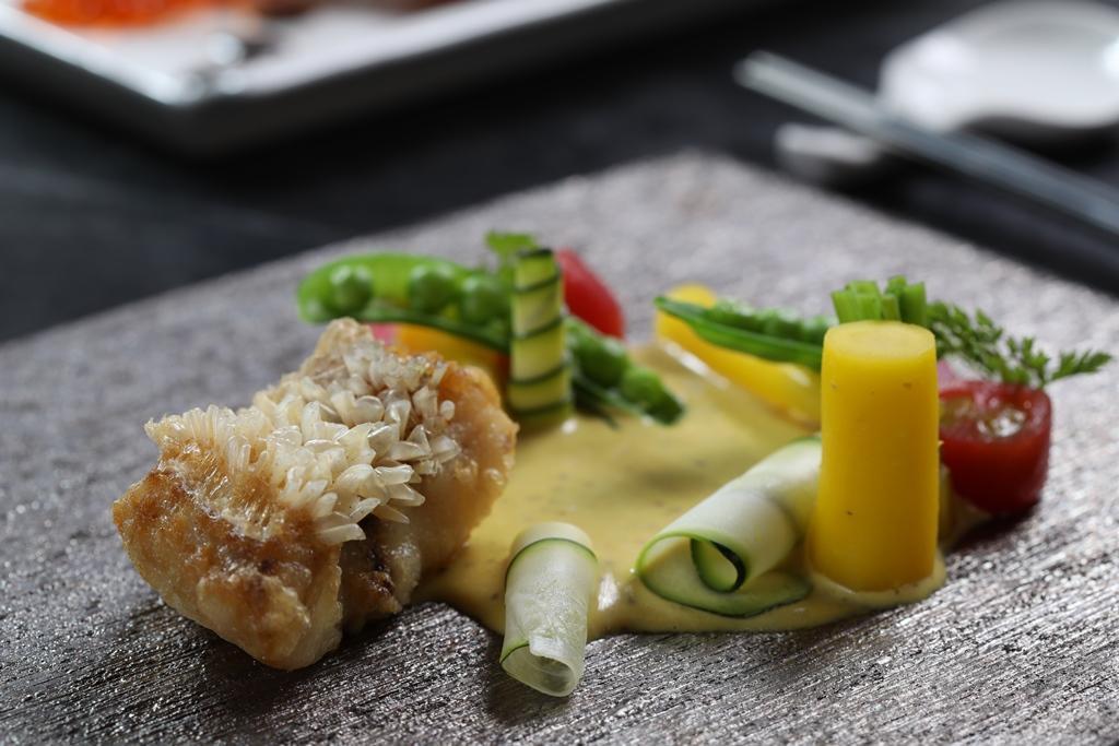 「炸馬頭魚」排排站起的鱗片最可口。(2,000元套餐菜色)