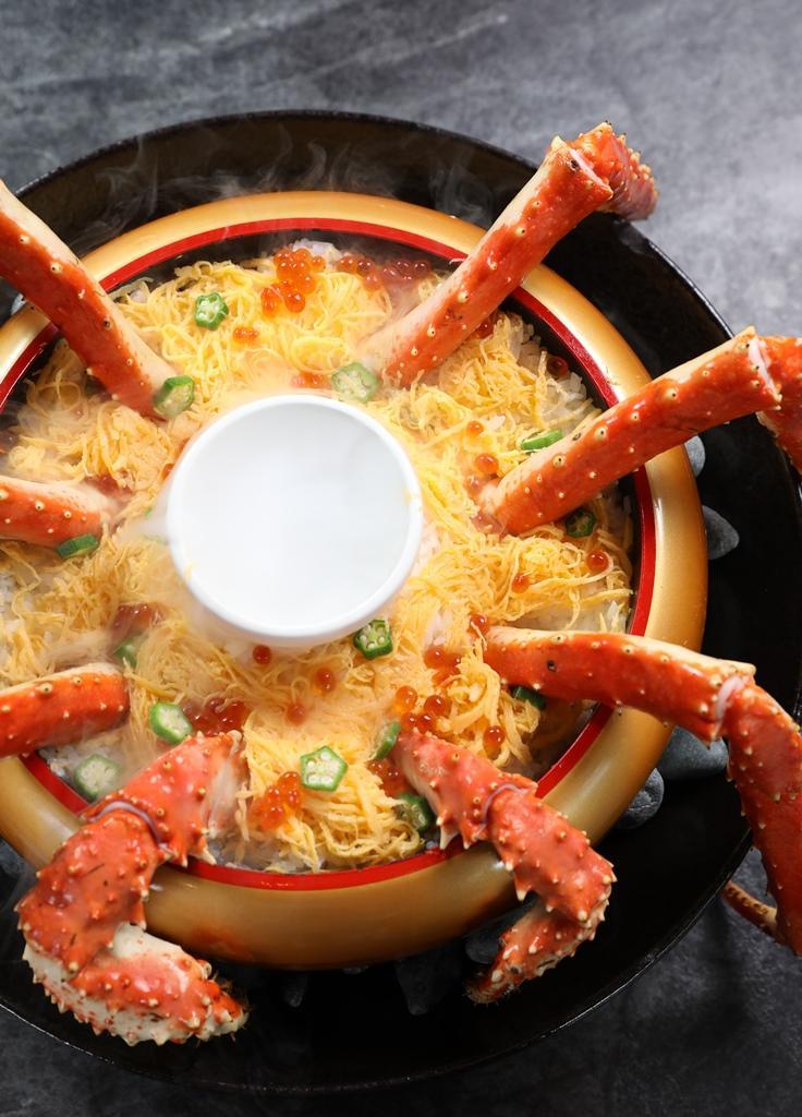 帝王蟹蓋飯下層其實是可口的蛋絲、鮭魚卵與醋飯。
