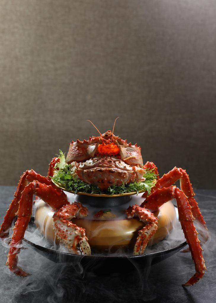 從另一角度拍攝的帝王蟹蓋飯,很有武士架勢。