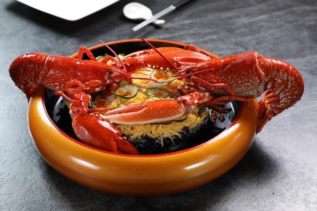 用新鮮龍蝦做的「藍寶石龍蝦蛋糕」,既有心意又可口,可送給不愛甜食的老爸。(單點4,560元/份;或預訂8人份、每人3,000元以上套餐,即可準備)