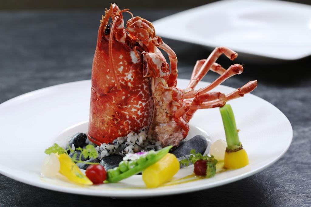 「甲羅燒」是在龍蝦頭裡塞入溫醋飯後燒烤,一個人也能享用。(法國藍寶石龍蝦買一送一午間套餐1,980元、晚間1,780元套餐菜色)
