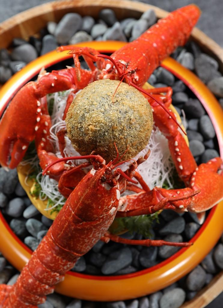 「雙龍搶珠」是兩隻藍寶石龍蝦與油炸米飯球的新奇組合。(單點4,560元/份;或預訂8人份、每人3,000元以上套餐,即可準備)