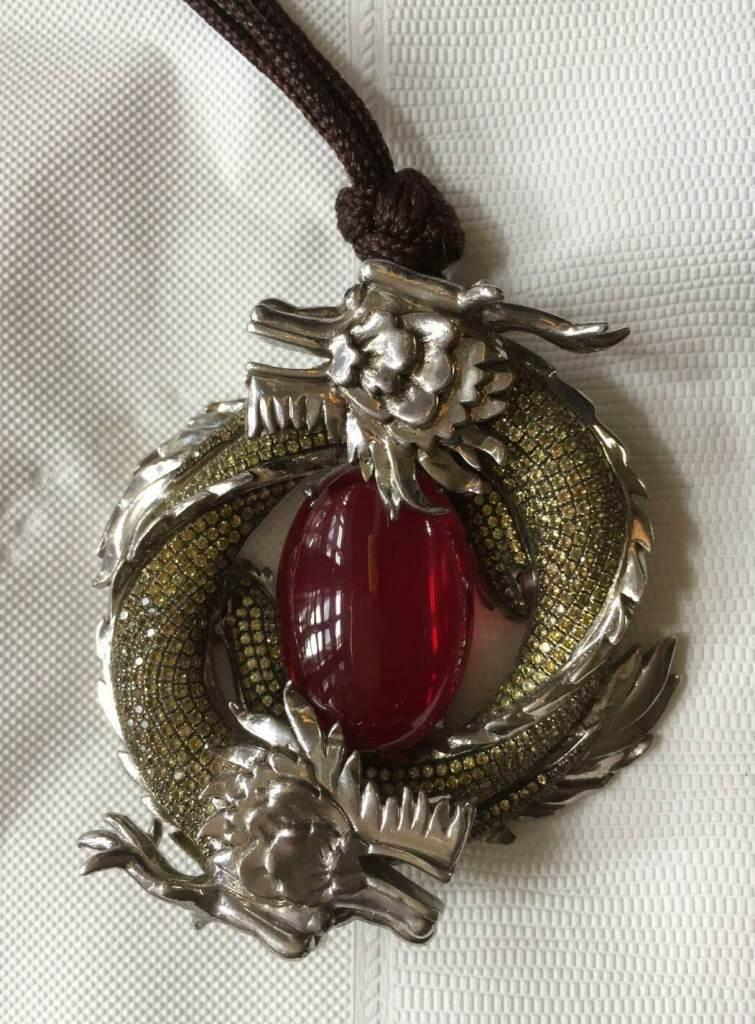 雙龍搶珠的靈感來自Apple自己設計的珠寶。(Apple提供)