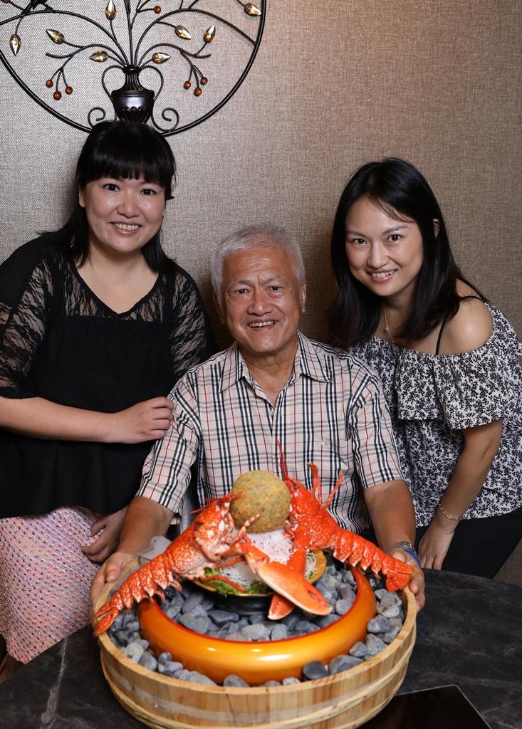 開餐廳扭轉老爸印象的Apple(左)與Stella(右),今年將「雙龍搶珠」送給自家老爸當父親節禮物,讓他笑口常開。