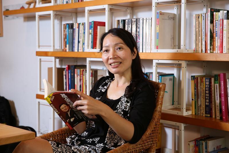喜歡看投資理財書籍的黃惠玲,經常到圖書館借閱,練功沒有多花錢。