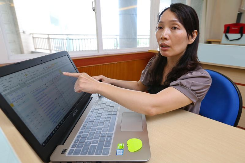 認真研究投資的黃惠玲,總是不厭其煩的用電腦反覆挑選會幫她賺錢的好基金。