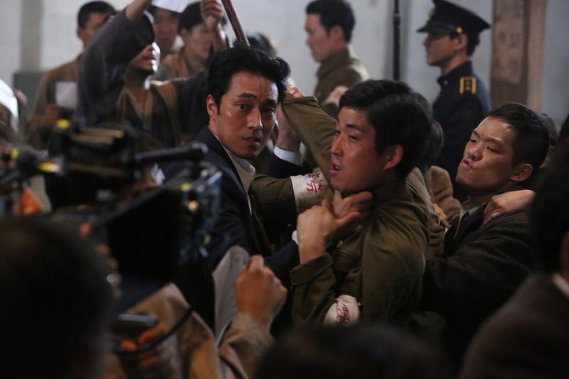蘇志燮在《軍艦島》展現不同以往的形象,被導演稱讚「很好」「很帥」。