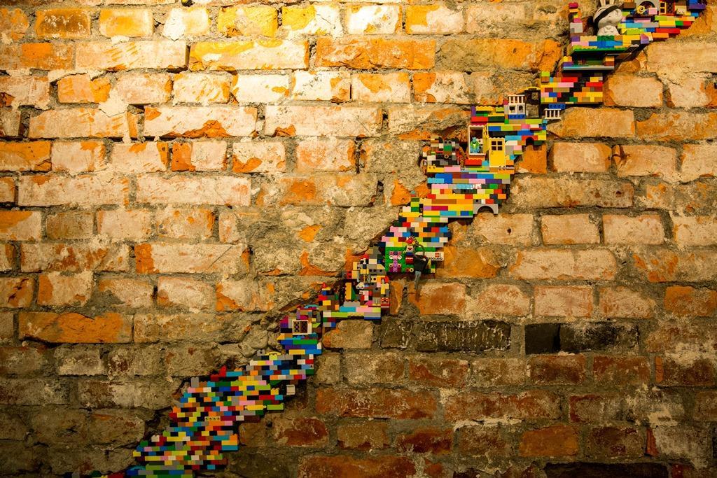 以繽紛的樂高積木,填補拆除階梯後的坑洞,呈現一種既衝突卻又和諧的美感。