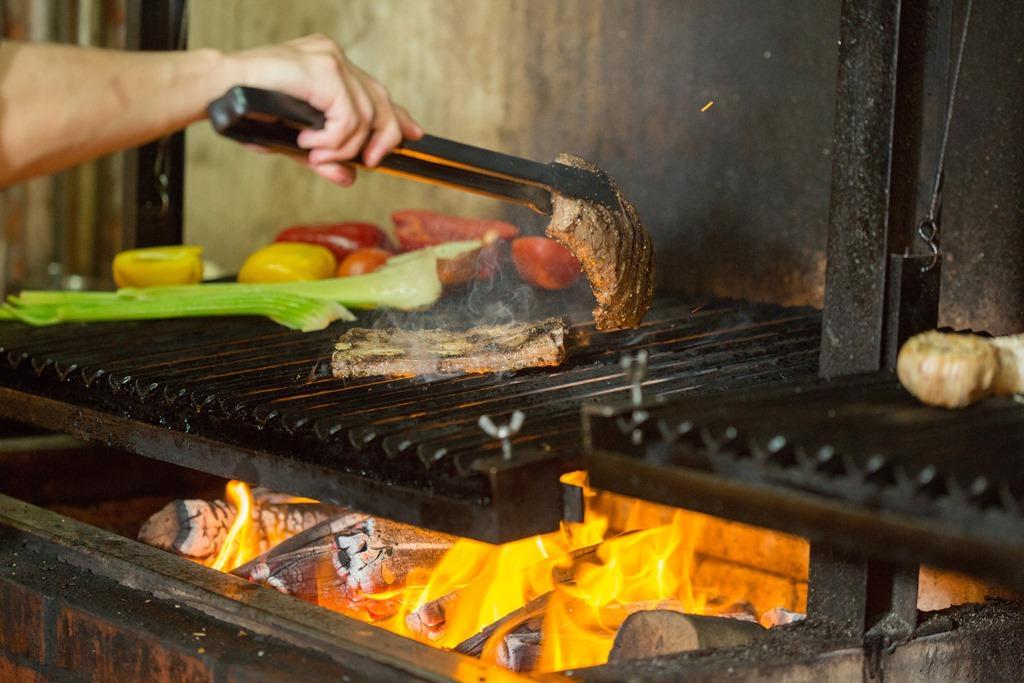 店家從美國進口蓄熱性佳的黑鐵烤爐,搭配龍眼木做柴燒,讓食材燻附迷人炭香。
