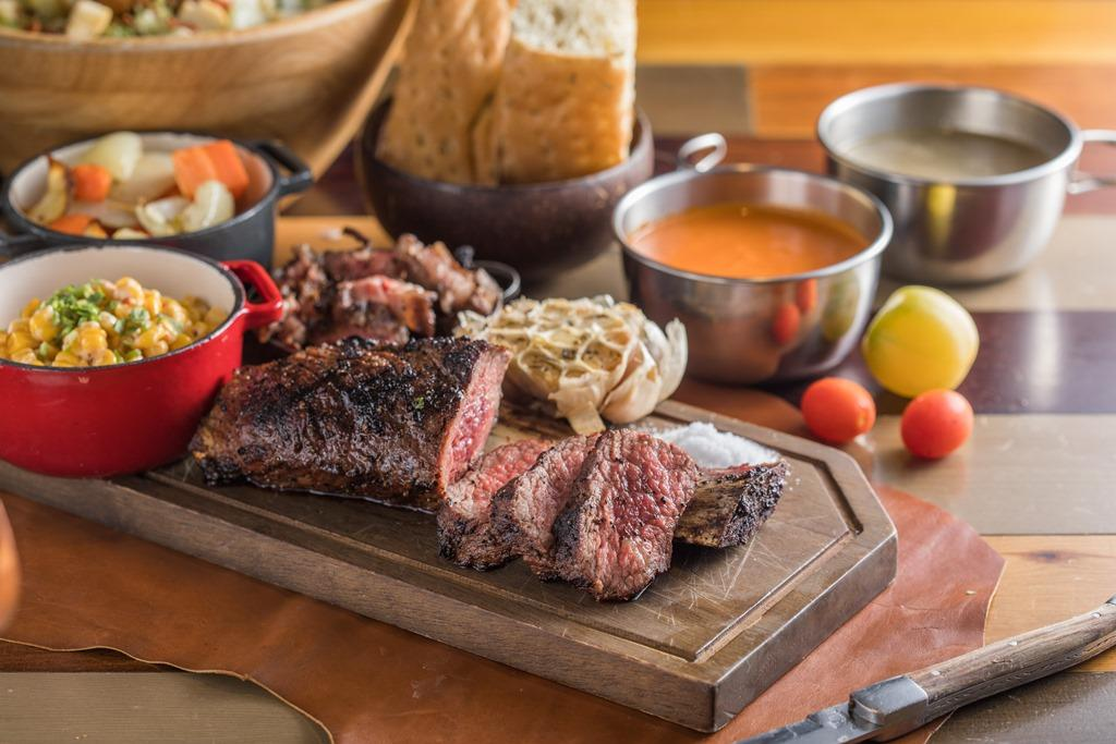 「帶骨CH牛小排20oz」選用美國Choice等級的帶骨牛小排,5分熟的肉質鮮甜紮實,從骨邊削下的細肉富有嚼感。(2,800元/雙人份)