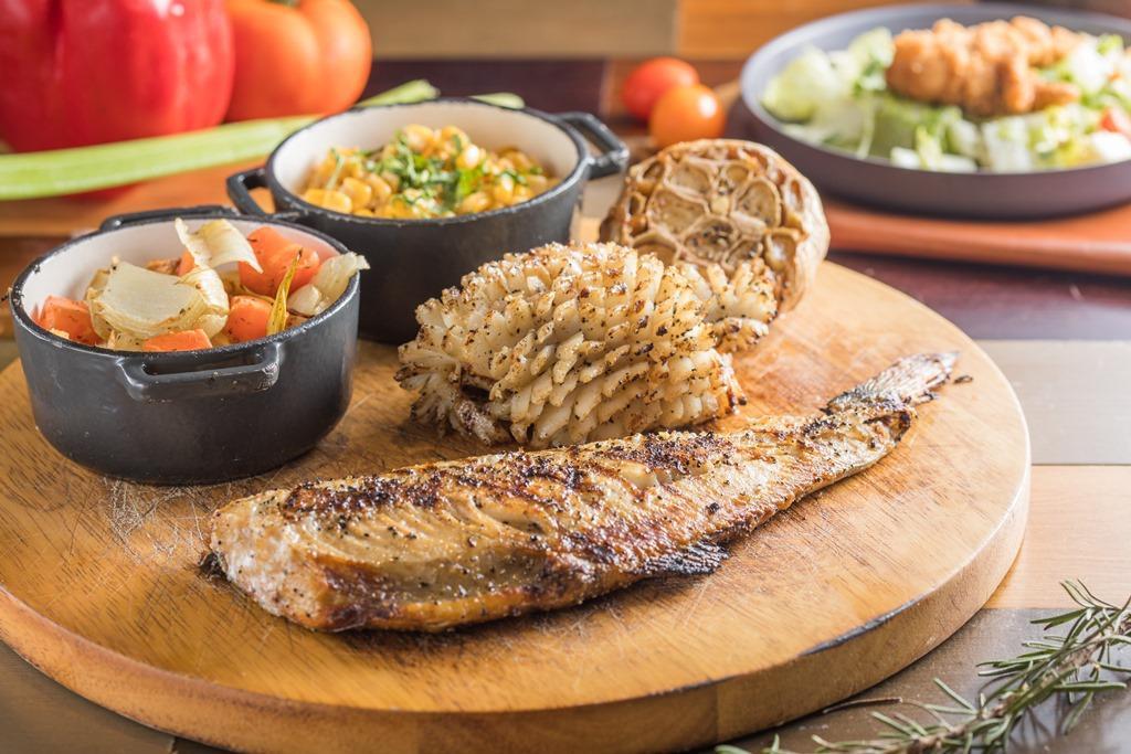 「日式半隻烤花魚與烤花枝」選用北海道的花魚一夜干,直接火烤突顯油脂香氣,花枝以鹽、胡椒、匈牙利紅椒粉襯出鮮味,口感厚實彈Q。(1,600元/雙人份)