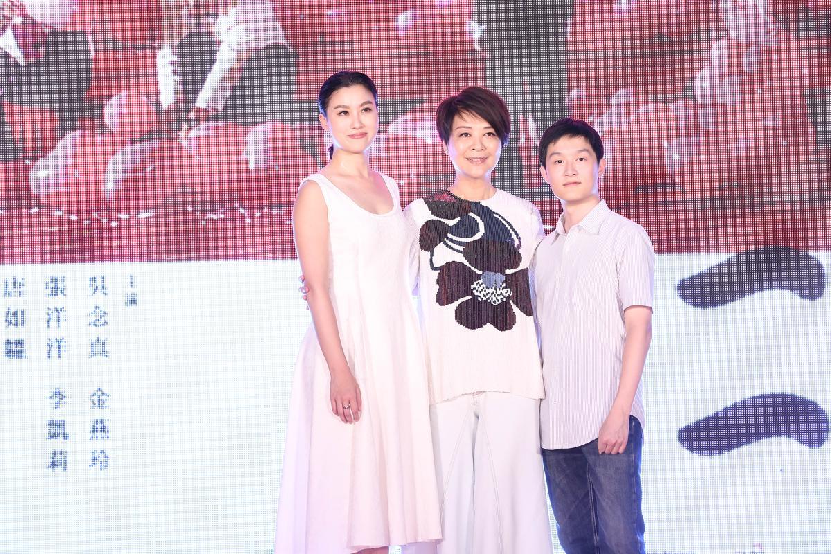 金燕玲(中)與片中飾演她兒女的張洋洋(右)、李凱莉(左)17年不見,三人的外貌變化都不大。