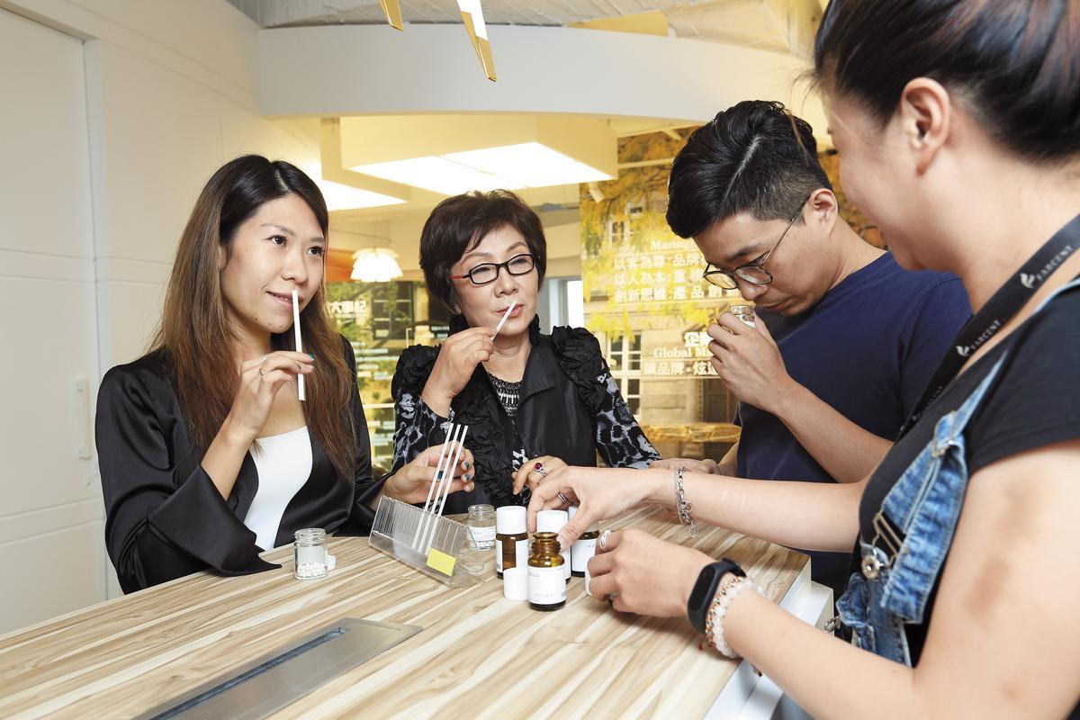 蔡心心(左2)與擔任總經理的女兒王佳郁(左1)齊心合作,每年推出10種以上新產品。