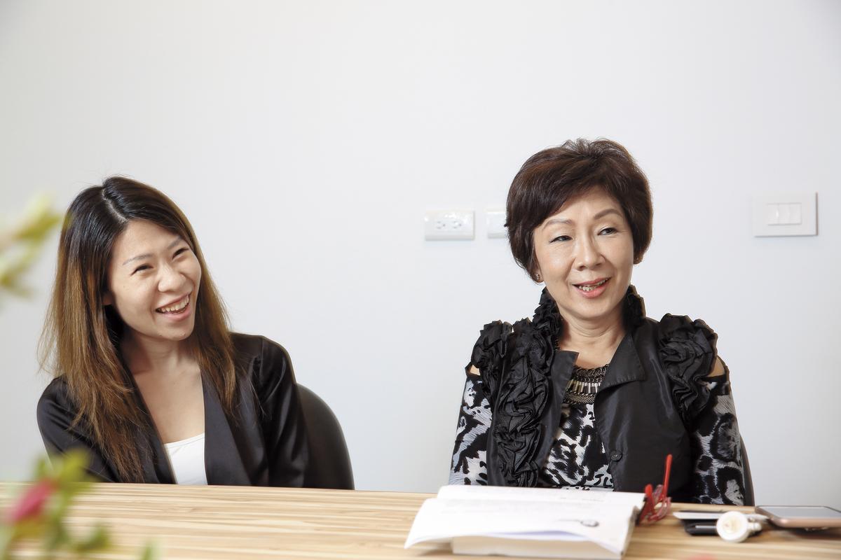 蔡心心(右)說,幸好女兒願意接班,2年前長女王佳郁(左)升任總經理,引進跨國企業人才,朝國際化前進。