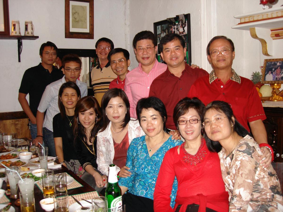 早年,王堯倫(上右三)和蔡心心(下右二)不論出差、朋友聚會等都黏在一起,夫妻倆感情好。(花仙子提供)