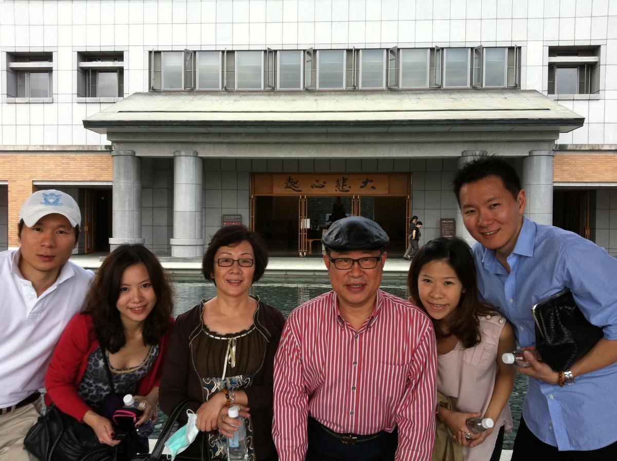 前董事長王堯倫(右三)過世前,全家人常一起出遊,右二為大女兒王佳郁與其先生,左二為小女兒王瀅婷與其先生,左三為現任董事長蔡心心。(花仙子提供)