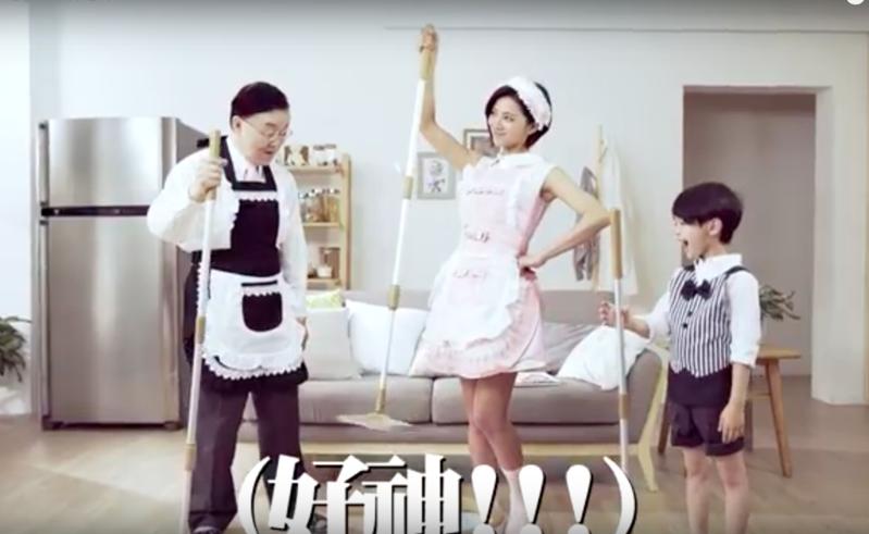 豆花妹X盛竹如的老少配「好神拖」廣告,成功吸引消費者目光。(截自網路)