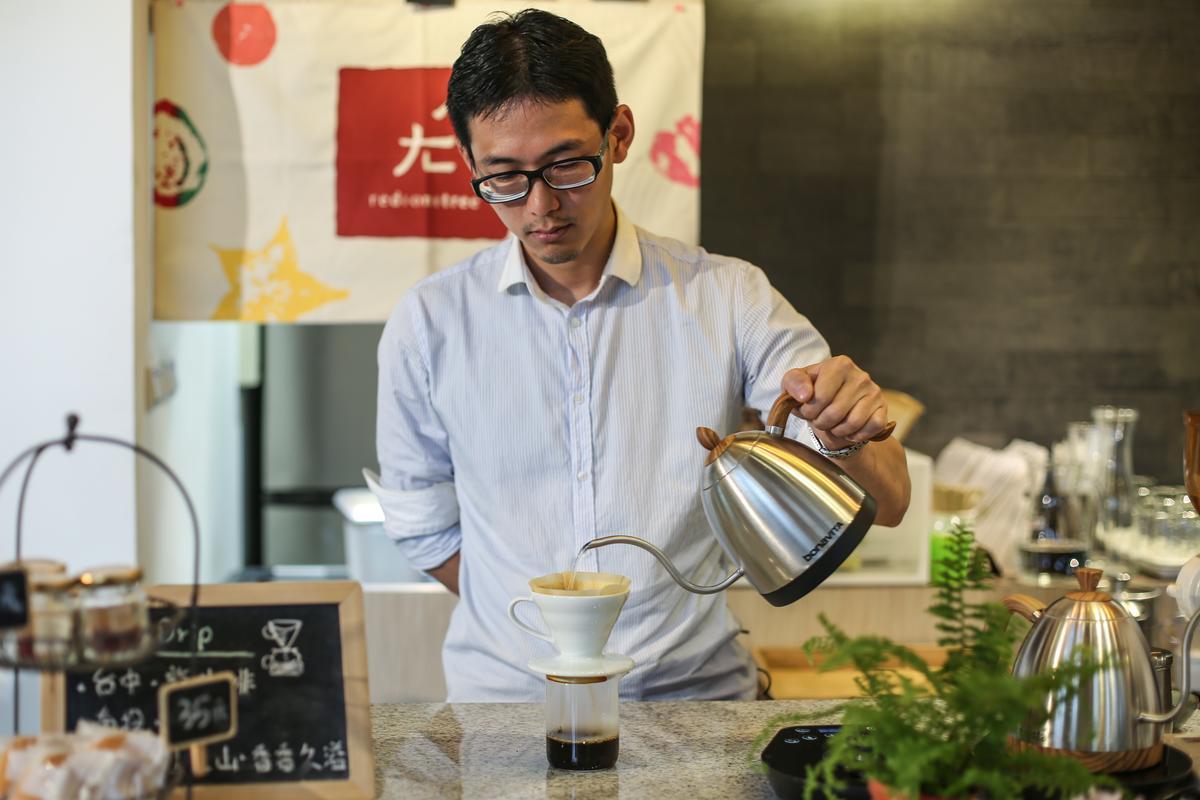在欉紅主廚楊豐旭負責製作在欉紅所有甜點,鑽研咖啡的他也常以台灣咖啡入甜點。