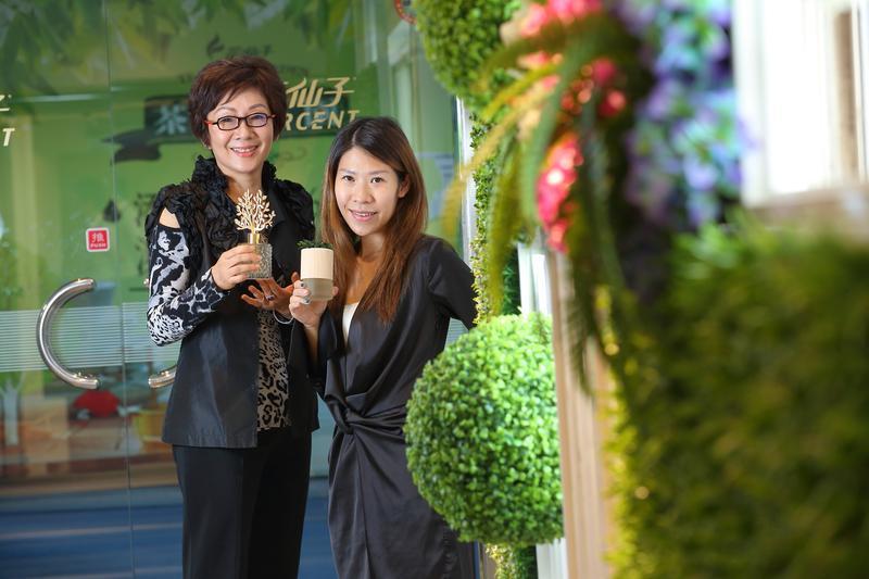 蔡心心(左)與擔任總經理的女兒王佳郁(右),母女齊心合作,去年營收達20億元,創下新高。