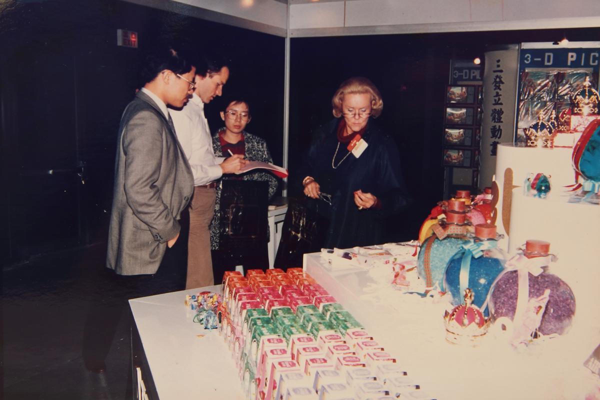 王堯倫(左一)靠著自己研發、國外展覽、設廠等,一手打造花仙子王國。(花仙子提供)
