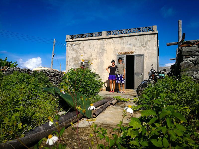 「貨車情侶」搬到望安了,兩人住在一間小屋子裡。