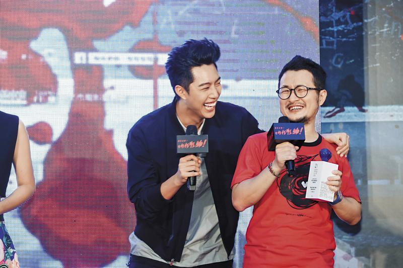 九把刀(右)導演的《報告老師!怪怪怪怪物!》是蔡凡熙入行第一部戲,在刀導慧眼指導下,蔡凡熙演出頗為搶眼。