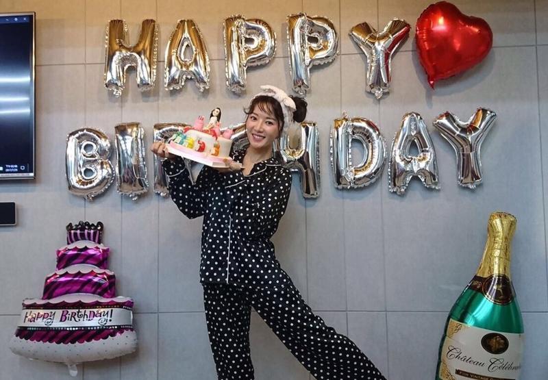 粉絲們提早為8月3日生的李杏辦慶生趴,李杏也開心端著有自己公仔造型的翻糖蛋糕拍照。