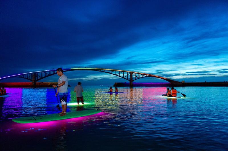 傍晚時間坐上螢光SUP看澎湖,晚霞很美。