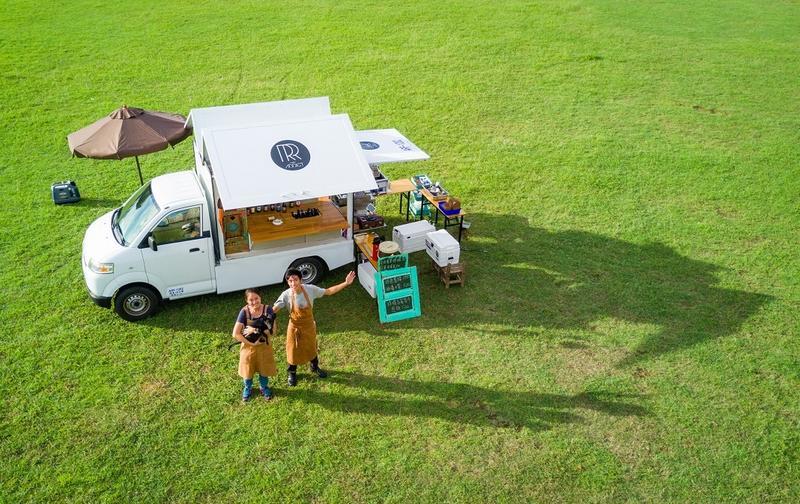停在草地上的餐車,載著這對情侶的創業夢,從台北開到澎湖。