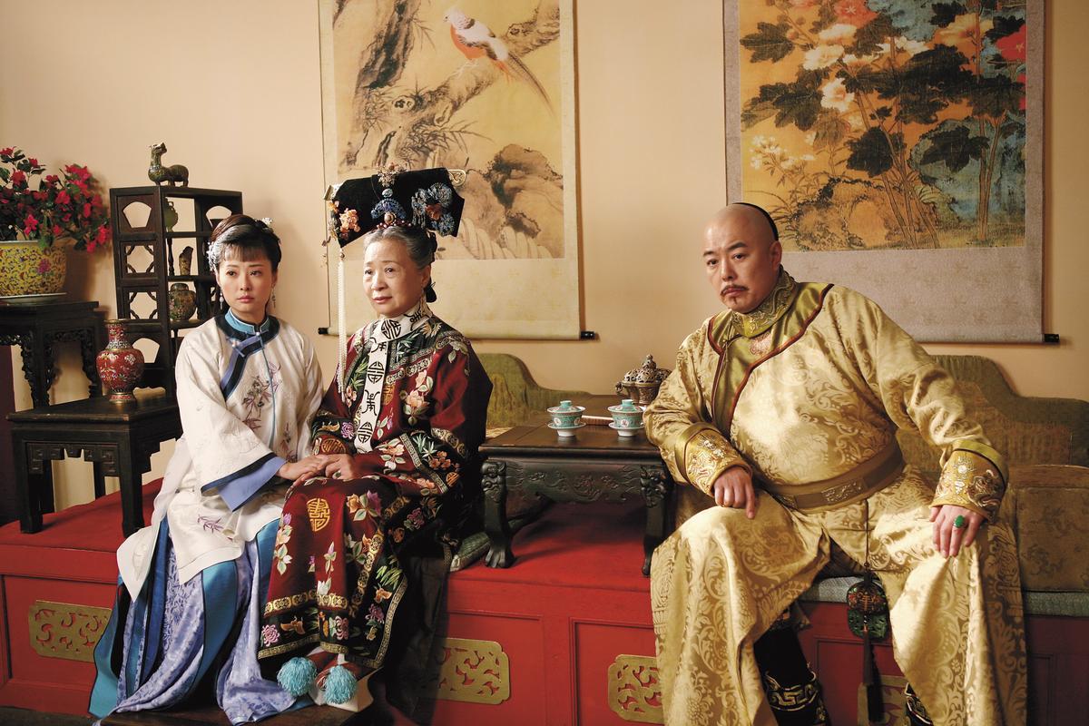 張鐵林(右)主演的《鐵齒銅牙紀曉嵐》在中國極受歡迎,自2001至2008年連拍4部。(東方IC)