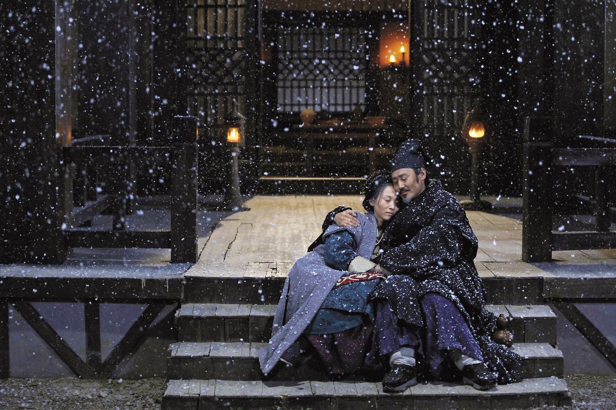 吳秀波(右)擔綱男主角的《趙氏孤兒案》,讓陳文貴拿下中國上海電影節「白玉蘭獎最佳編劇」。(東方IC)