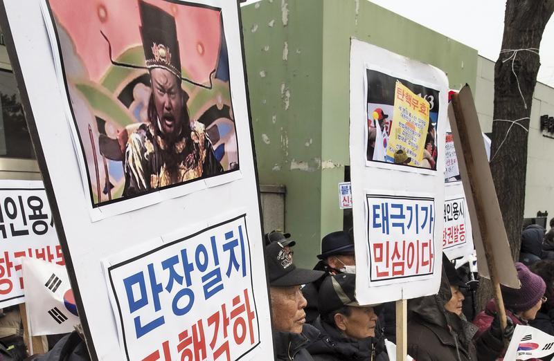 《包青天》風靡韓國23年,連朴槿惠「閨密門」時,支持民眾都高舉金超群扮包公照片,上面寫著「全場一致,駁回彈劾」的標語。(東方IC)