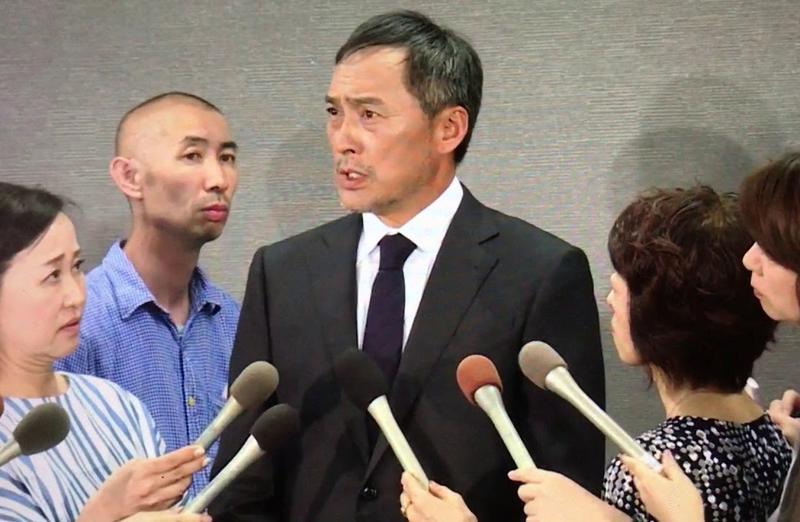 渡邊謙之前召開不倫謝罪記者會,發言引來圈內揣測他無意與癌妻復合,準備離婚。(翻攝網路)