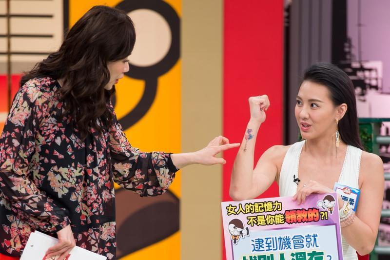 劉雨柔秀新刺青,被懷疑有孕。