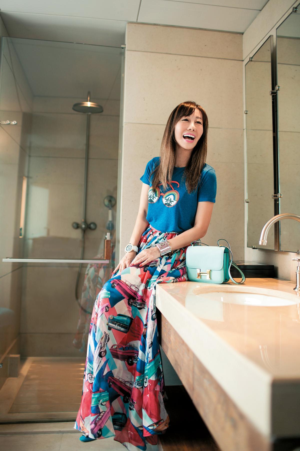 STELLA McCARTNEY藍色童裝T-Shirt。約NT$8,000;CHANEL古巴系列長裙。約NT$120,000;HERMÈS Constance金扣包款。約NT$400,000;miu miu平底鞋。約NT$28,000
