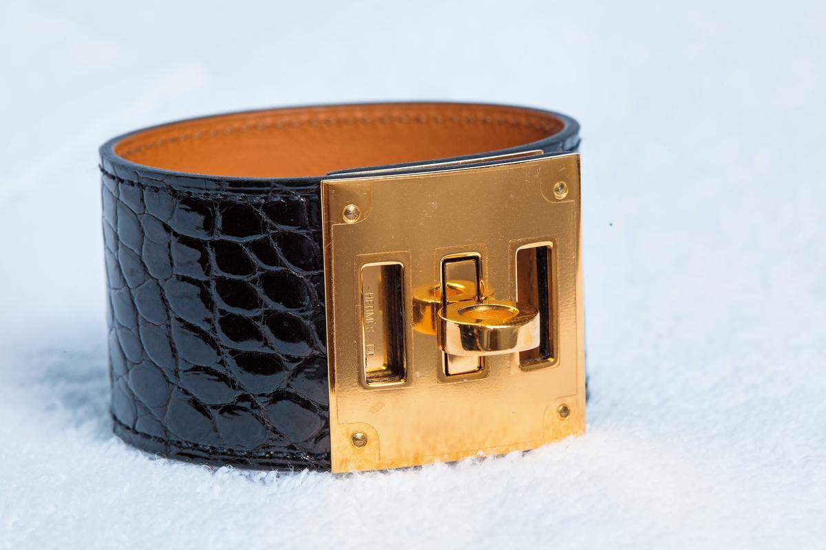HERMÈS黑色蜥蜴皮Kelly Dog手環。約NT$60,000