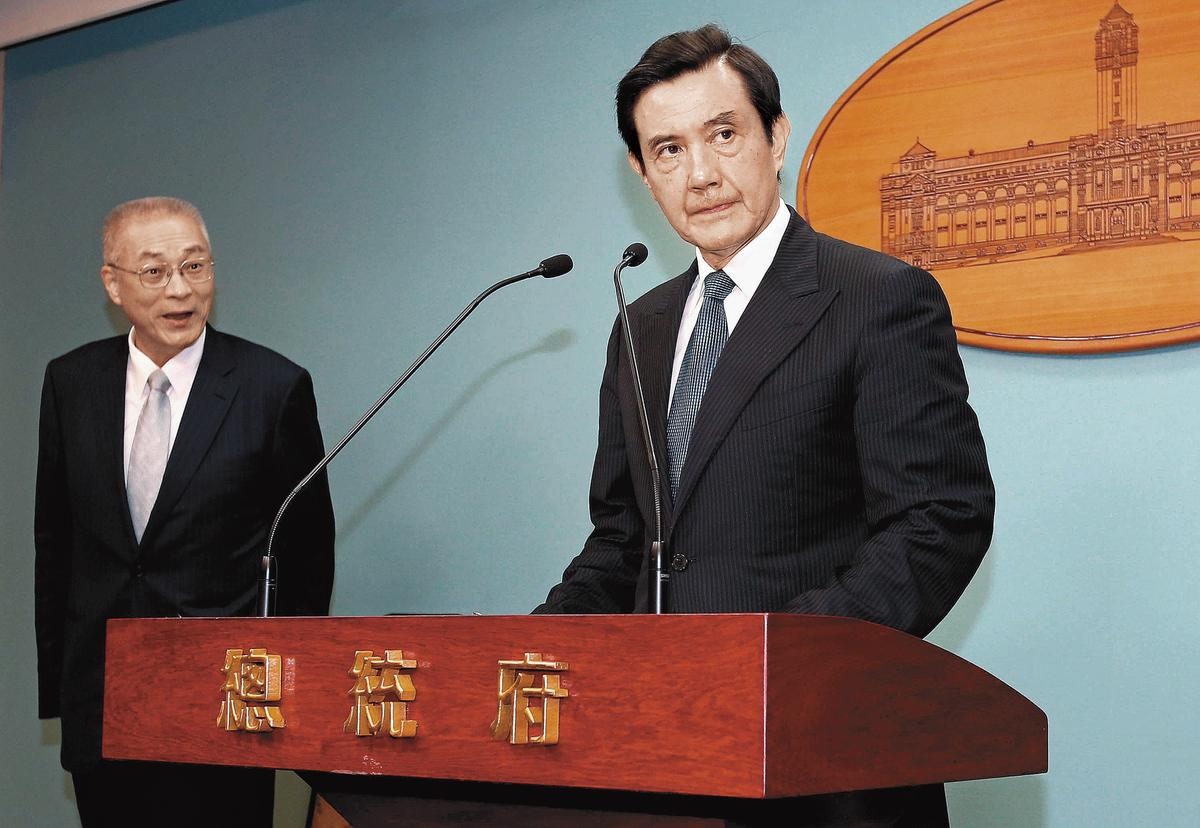馬英九(右)要求黃世銘向閣揆江宜樺報告關說案情,意外讓特偵組原訂召開的三中案專案會議取消。(中央社)