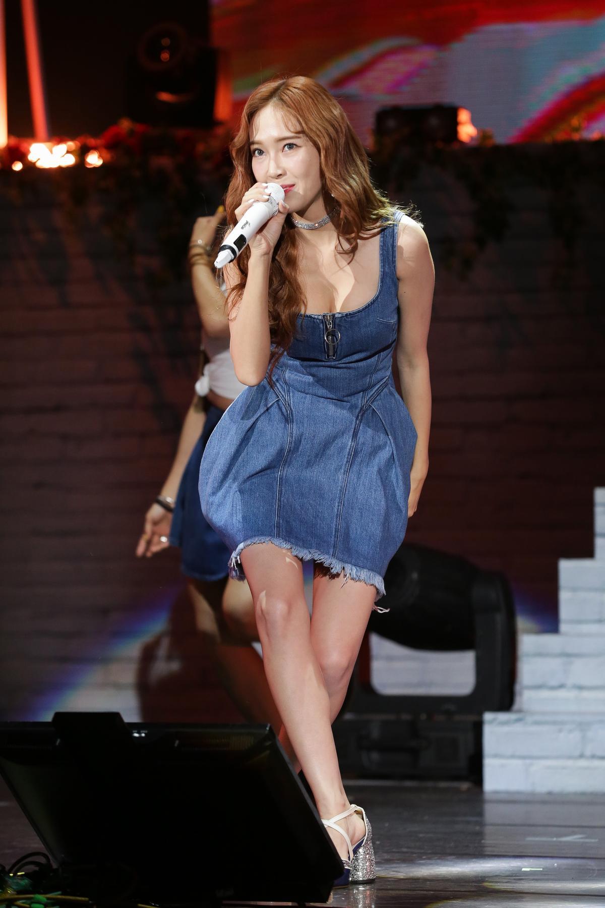 Jessica唱、跳時,時不時地用手壓裙子。