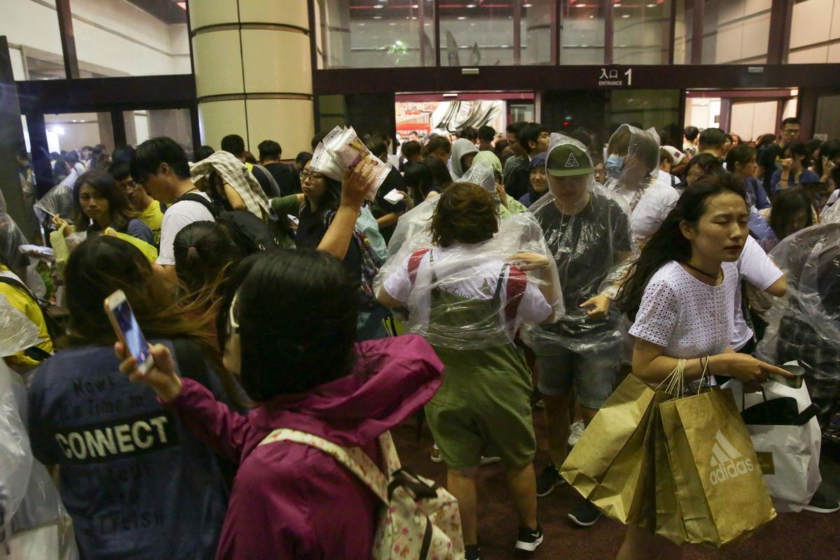 場外熱情的粉絲沒在管什麼颱風不颱風,看偶像要緊啊。