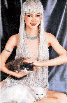 過去崔苔菁是一代妖姬,經典的銀管裝更曾豔驚四座。(翻攝網路)