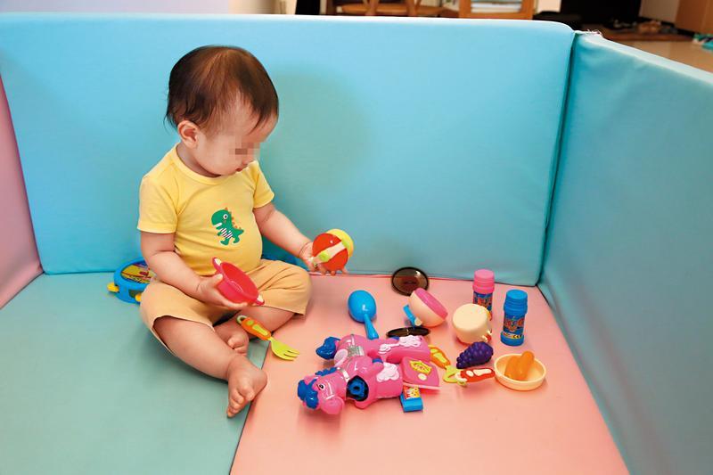 孩子高興的玩著色彩繽紛的玩具,殊不知該玩具可能含有螢光劑。