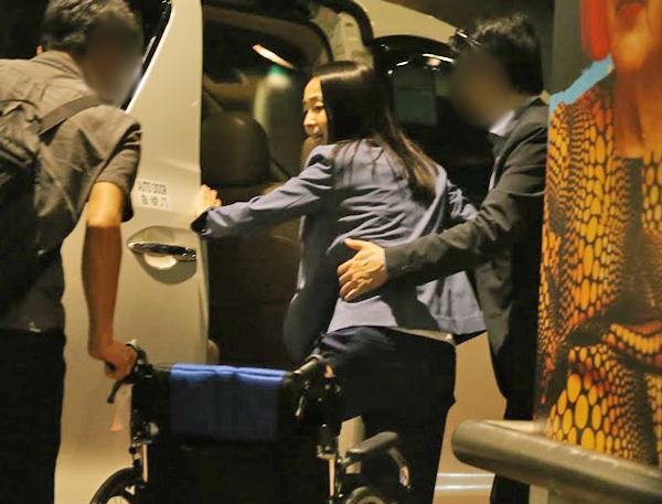 松田聖子現身羽田機場,由老公抱上抱下,夫妻合力放閃不遺餘力。(翻攝網路)