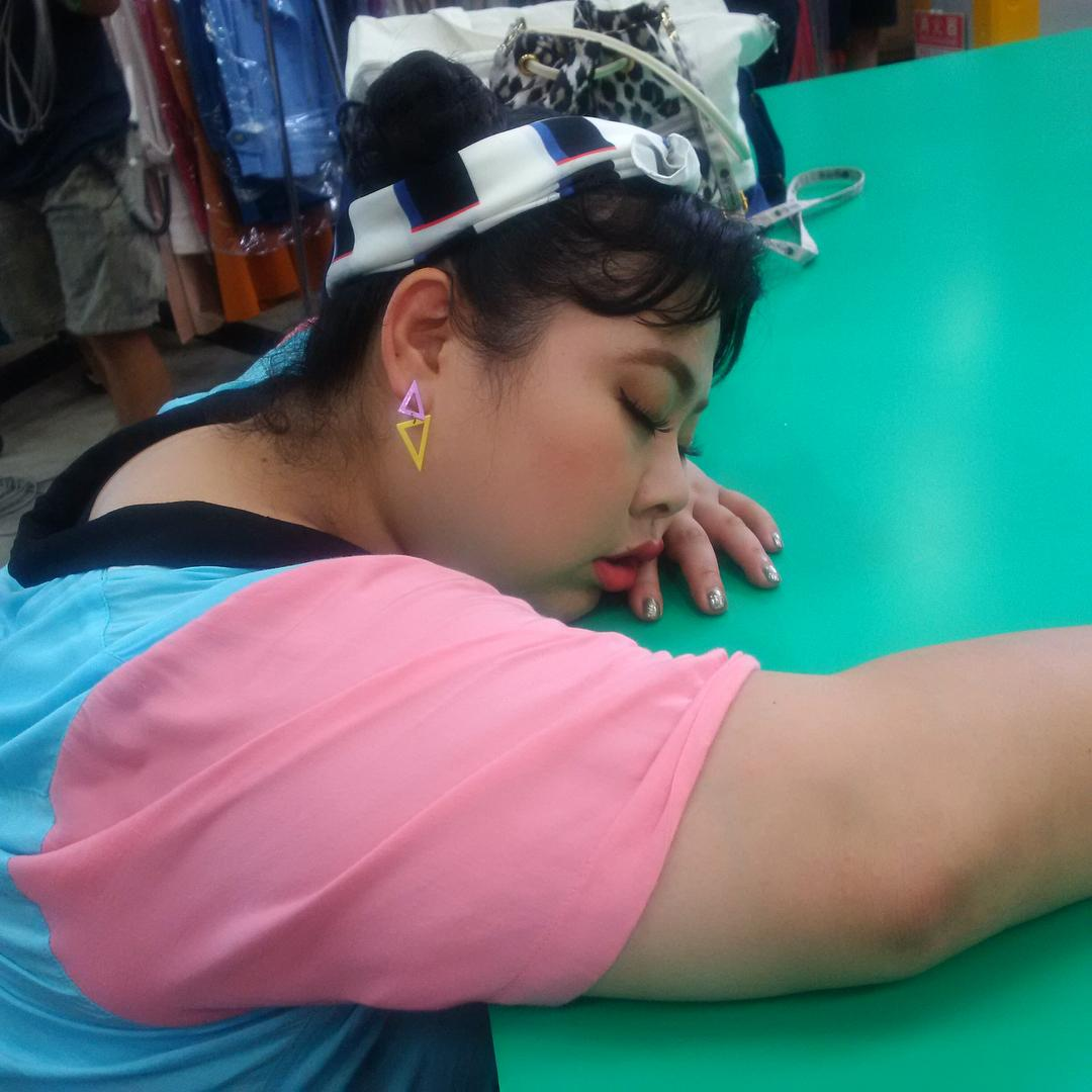 渡邊直美拍戲空檔累到睡著,睡相被偷拍。(翻攝自渡邊直美ig)