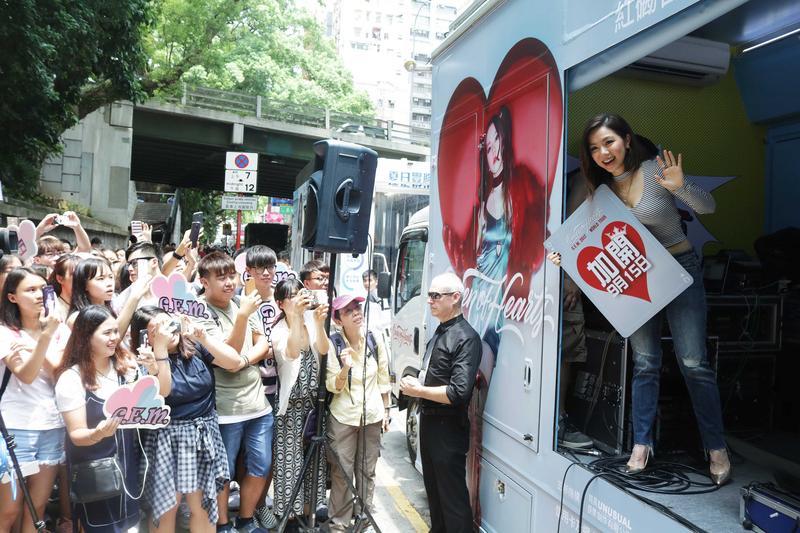 鄧紫棋在香港街頭舉辦快閃活動為演唱會造勢,引爆圍觀人潮。