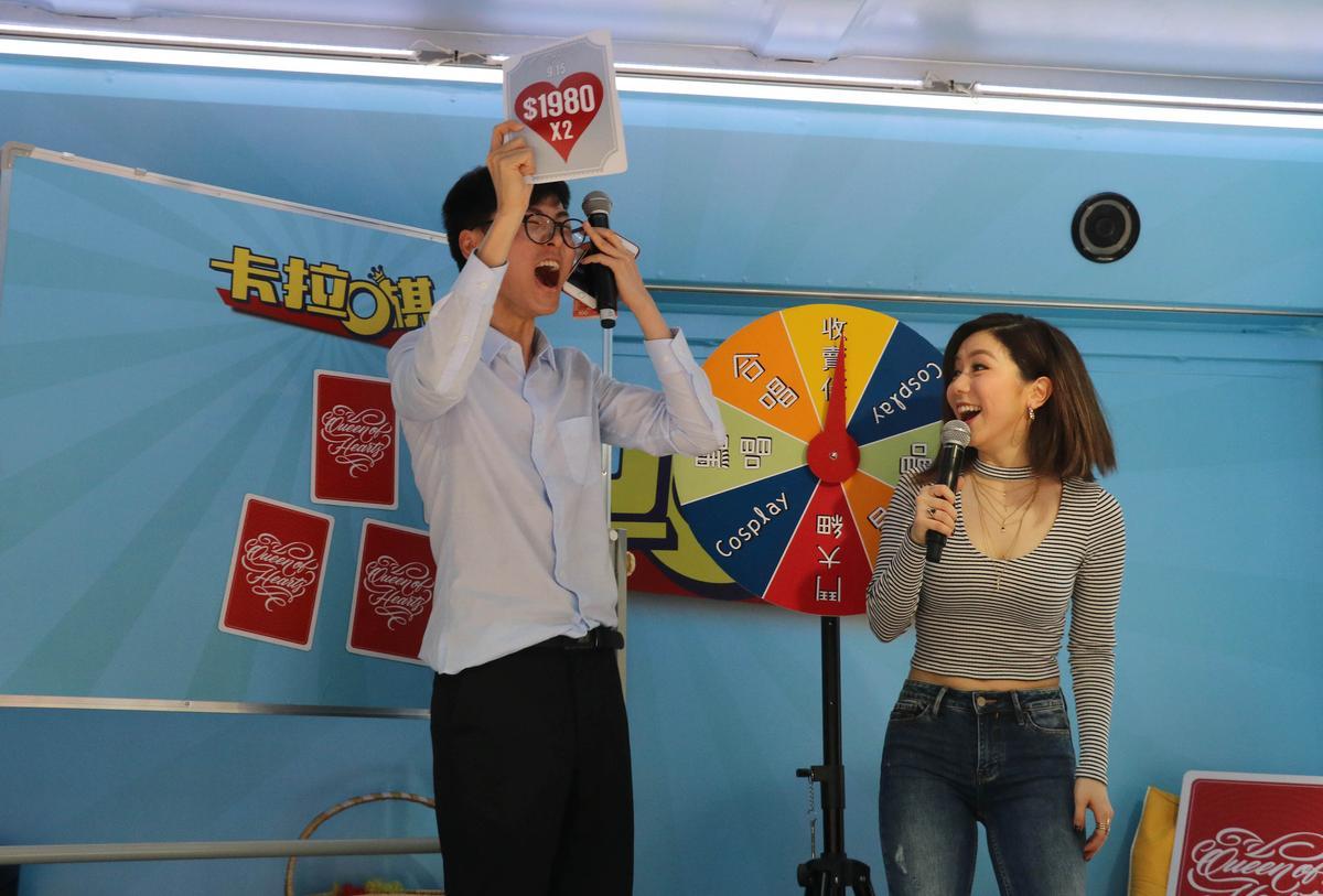 除了演唱歌曲,鄧紫棋也邀請歌迷上台一起玩遊戲。